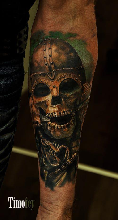 Totenkopf mit Rüstung Tattoo