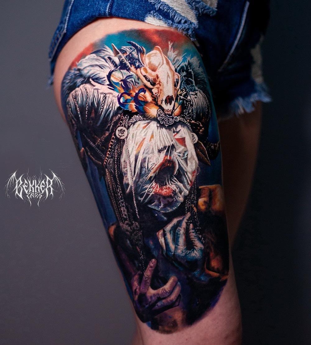 Oberschenkel Tattoo mit einer Frau die verrückt bedeckt ist