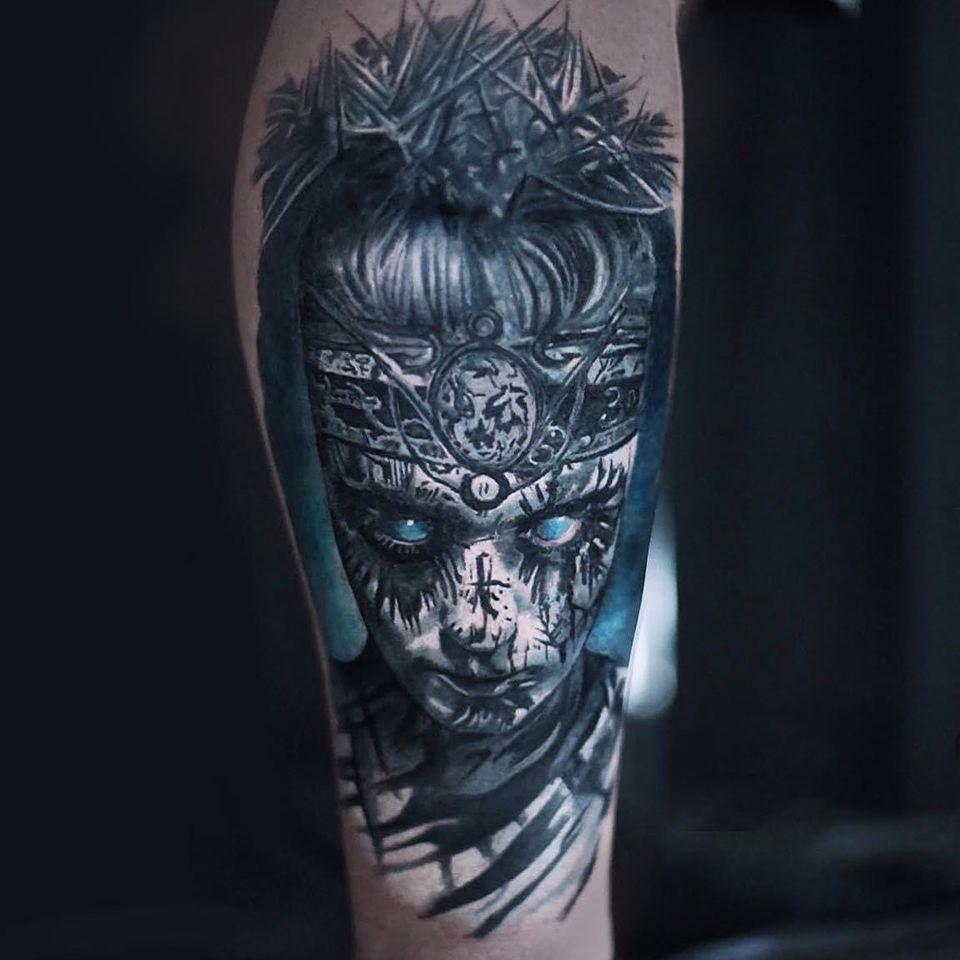 Mann mit Bemalungen im Gesicht Tattoo
