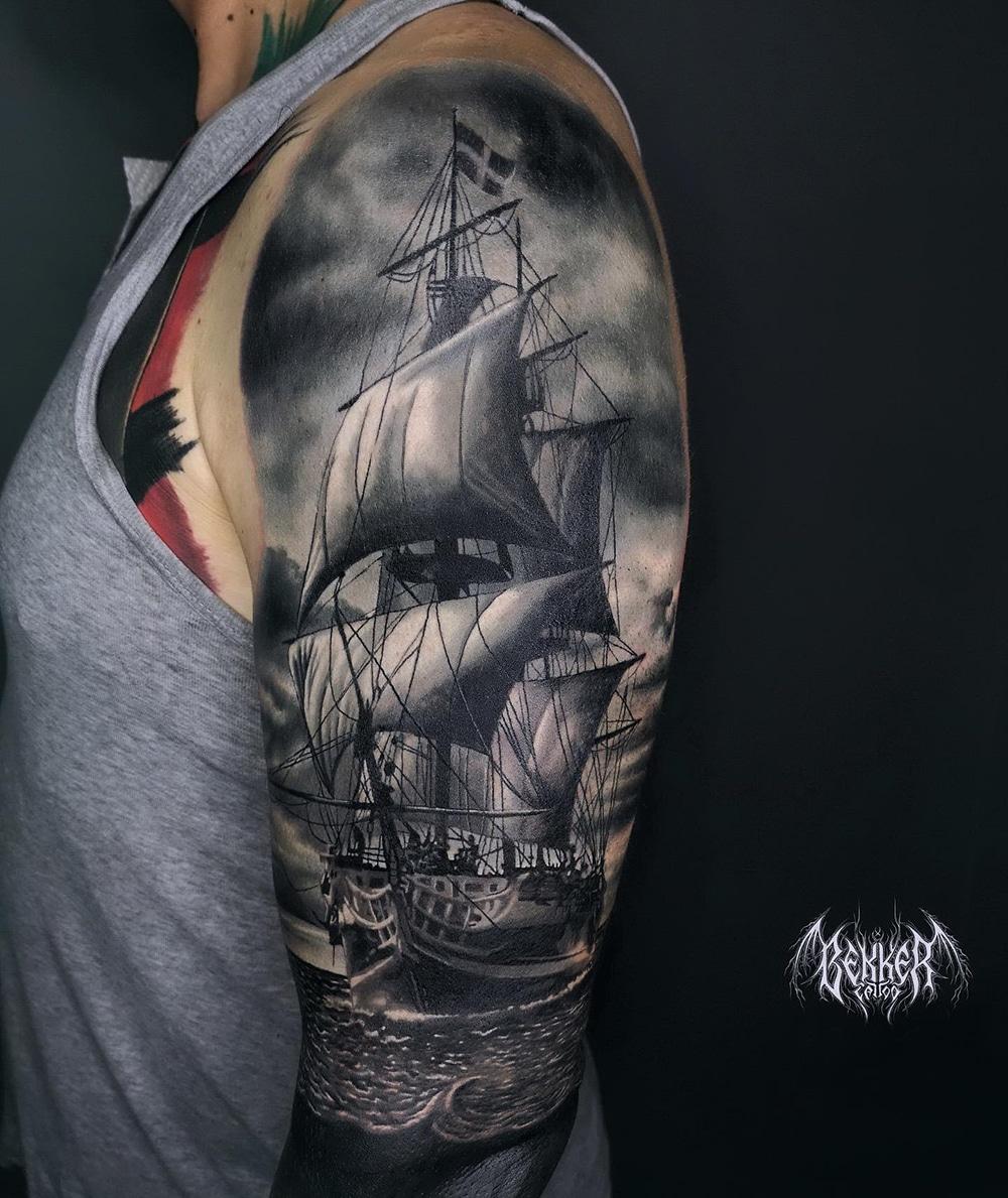 Schiffs Tattoo an dem Oberarm