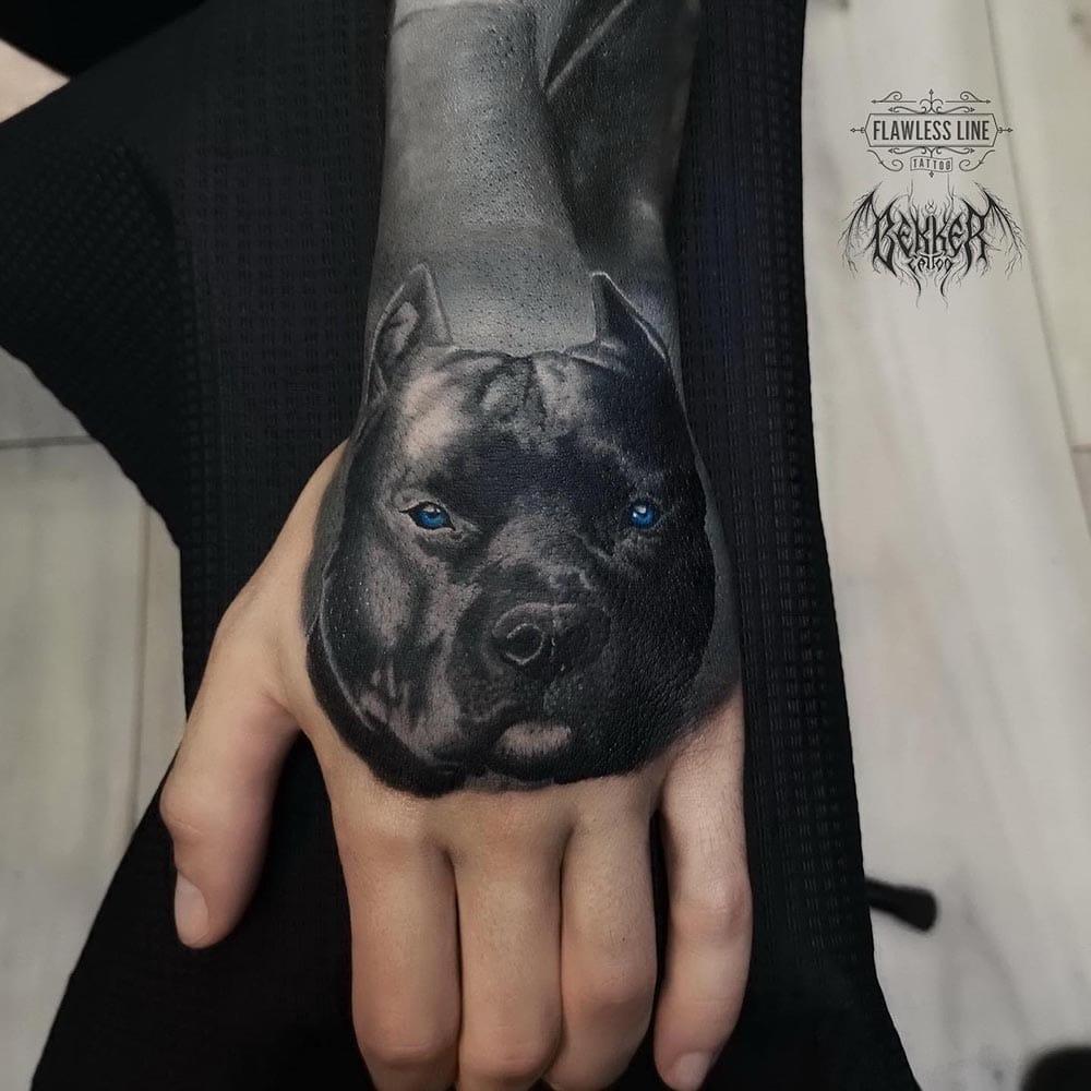 Tattoo von einem schwarzen Hund mit blauen Augen
