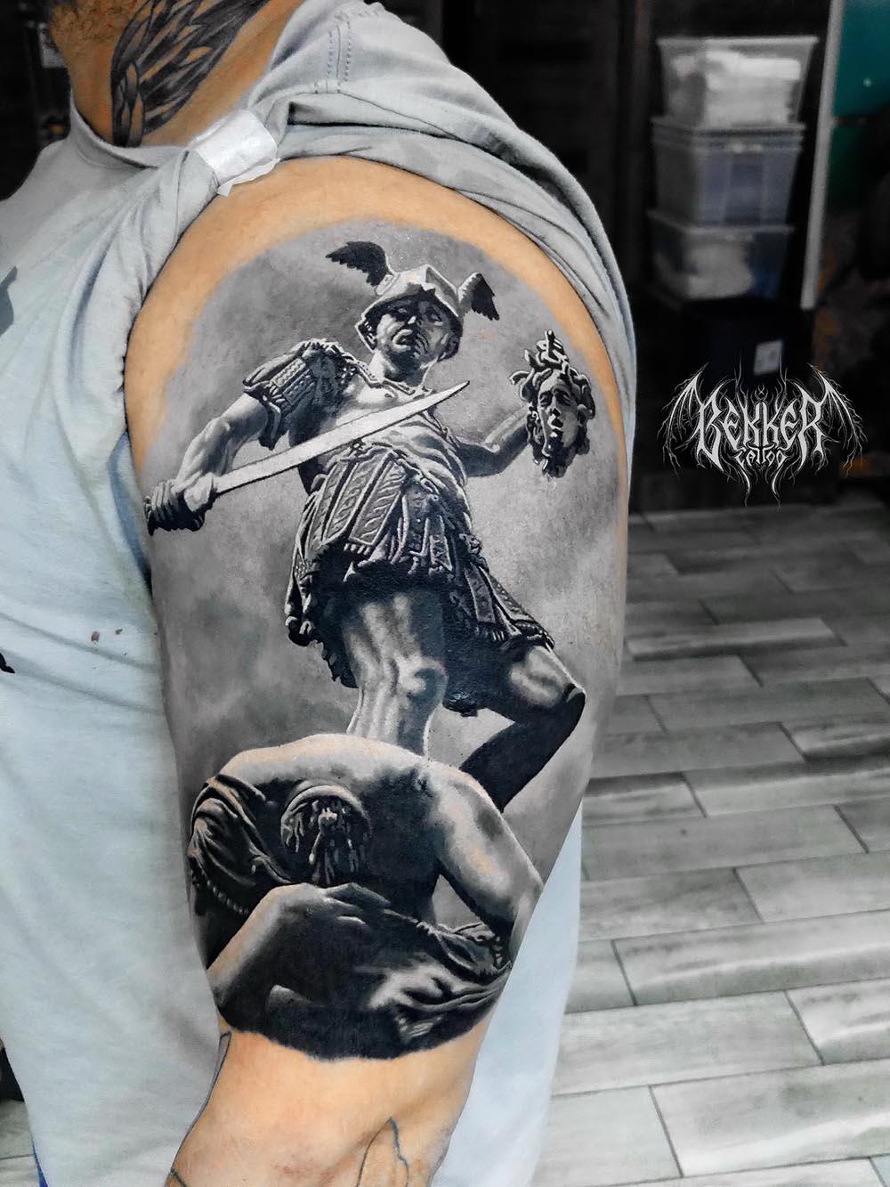 Tattoo mit einem Ritter der dem anderen den Kopf abgeschlachtet hat
