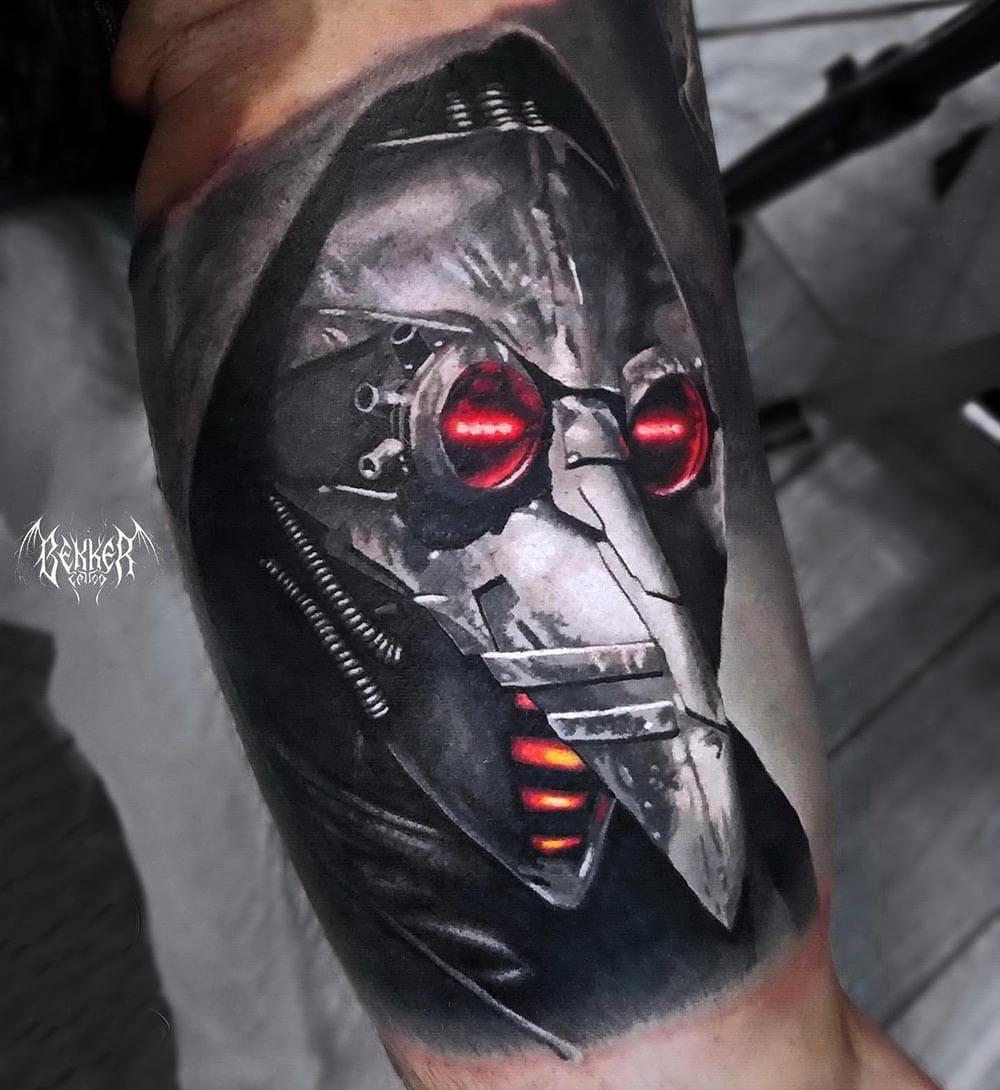 Metallmaske mit roten Augen Tattoo