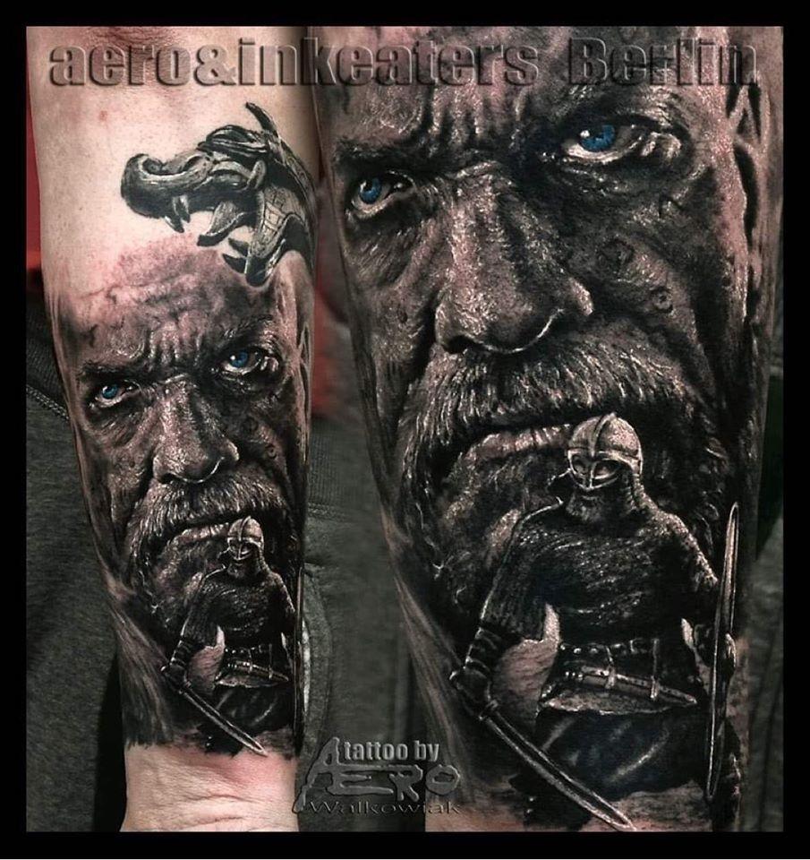 Tattoo von zwei Personen: ein Gesicht und ein Mann mit Rüstung und ein Drache