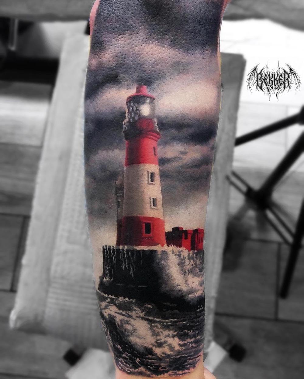 Leuchtturm Tattoo am Wasser
