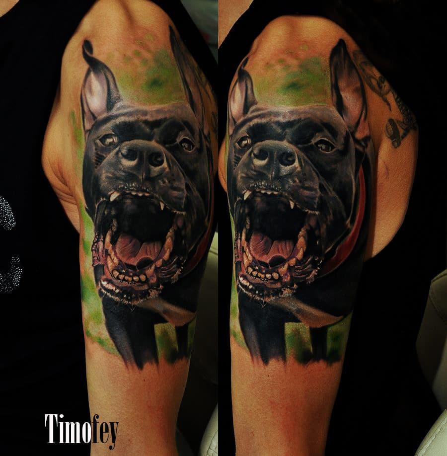 Tattoo von einem Hund der sein Maul offen hält