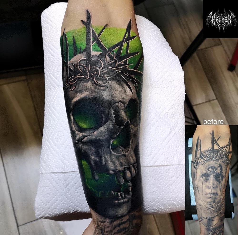 Totenkopf mit Stacheldraht Tattoo