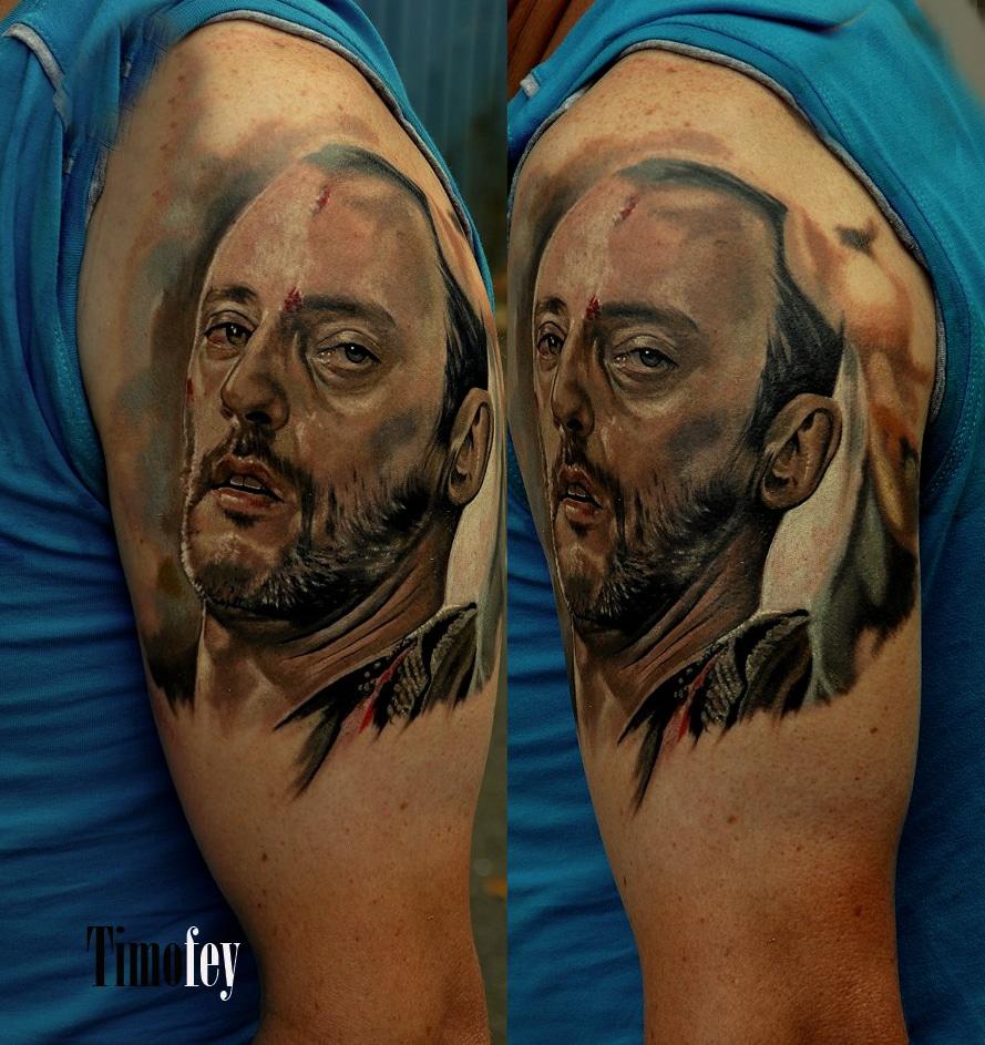 Tattoo von einem Mann mit blutigem Gesicht