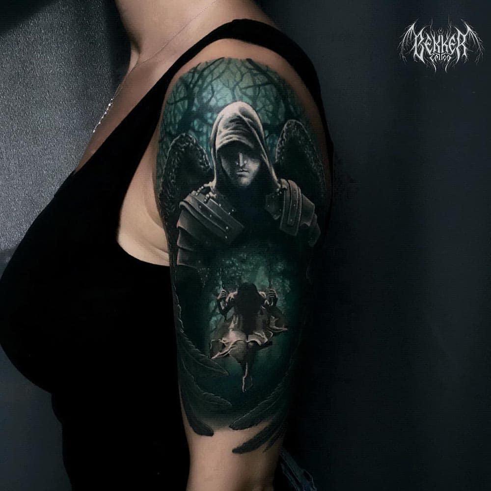 Frau Tattoo schaut runter