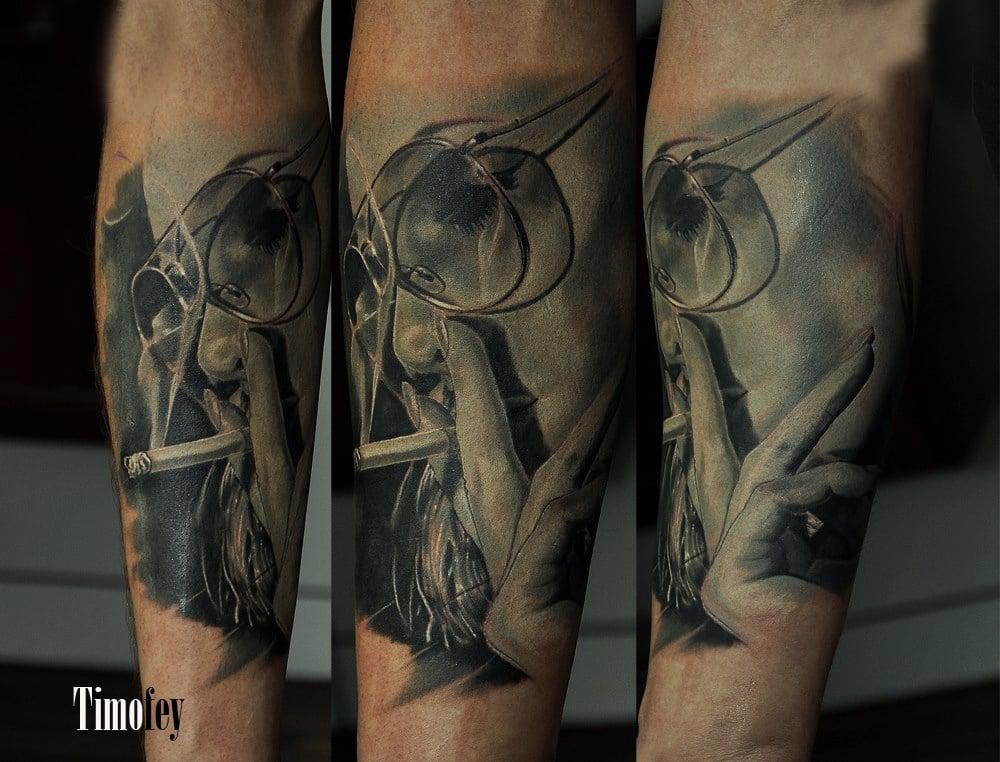 Frau mit Brille die gerade Raucht Tattoo