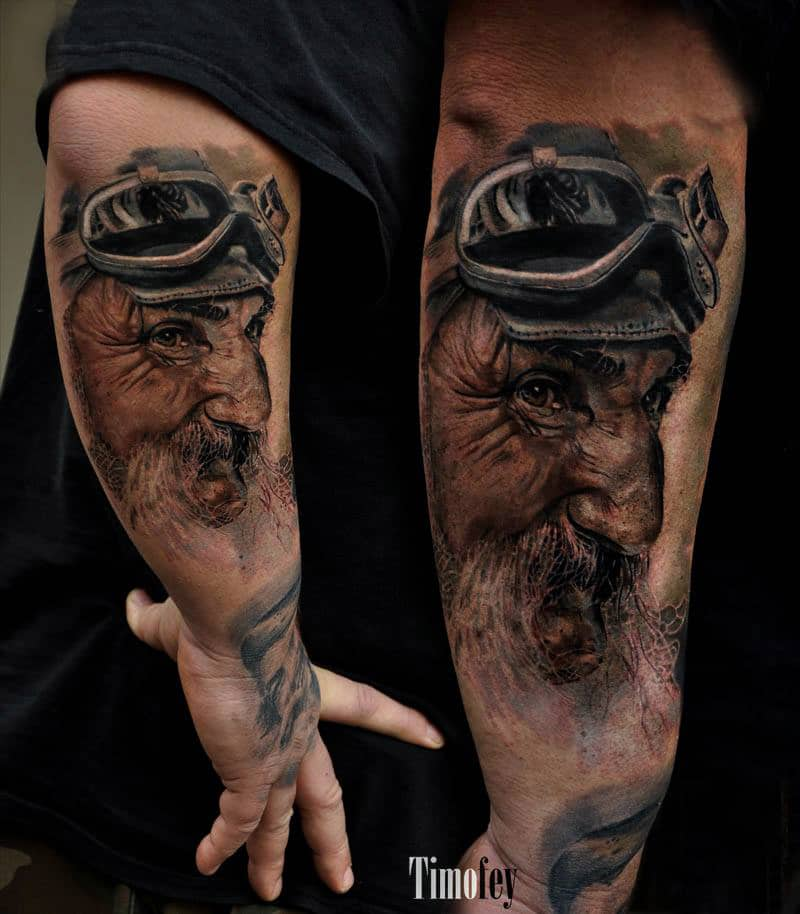 Mann mit Bart und einer Kopfbedeckung Tattoo