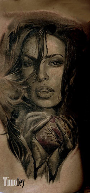 Frau die ein Herz in der Hand hält Tattoo