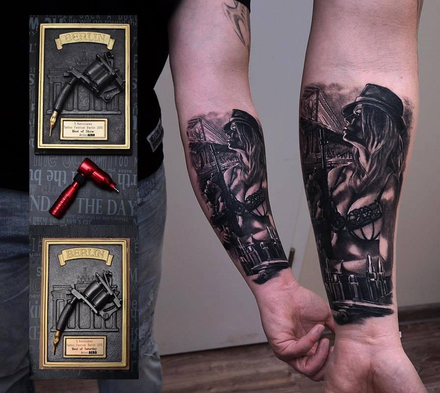 Tattoo von leicht bekleideter Frau, di eine Pistole in der Hand hält