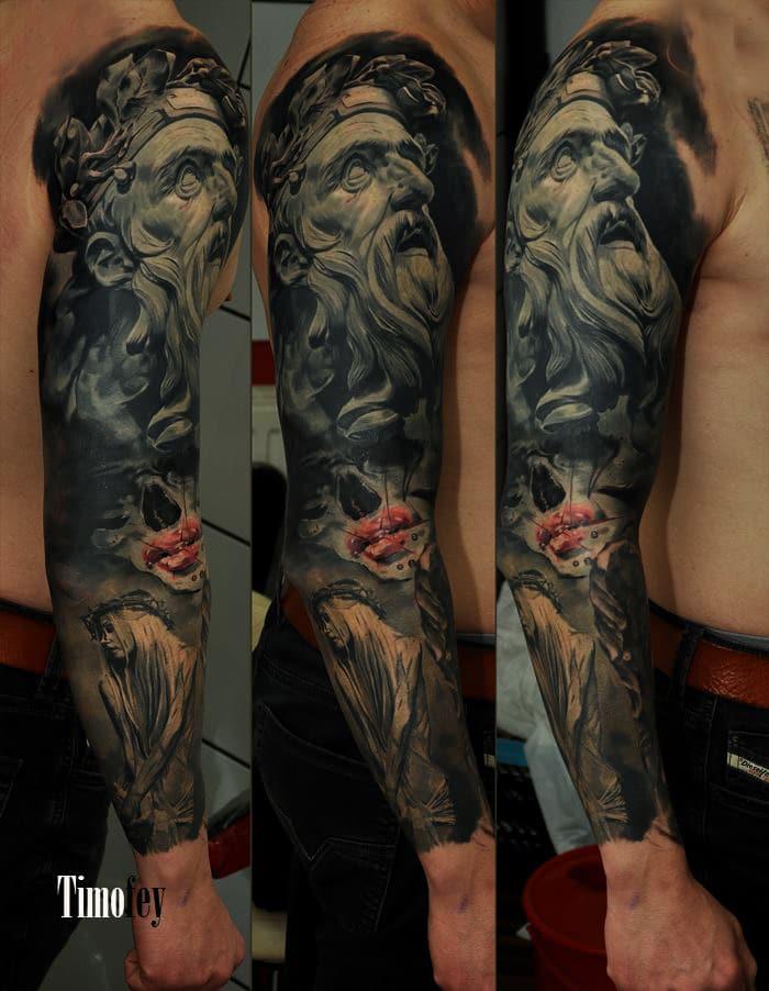 Skulptur von einem Mann mit einer Krone Tattoo