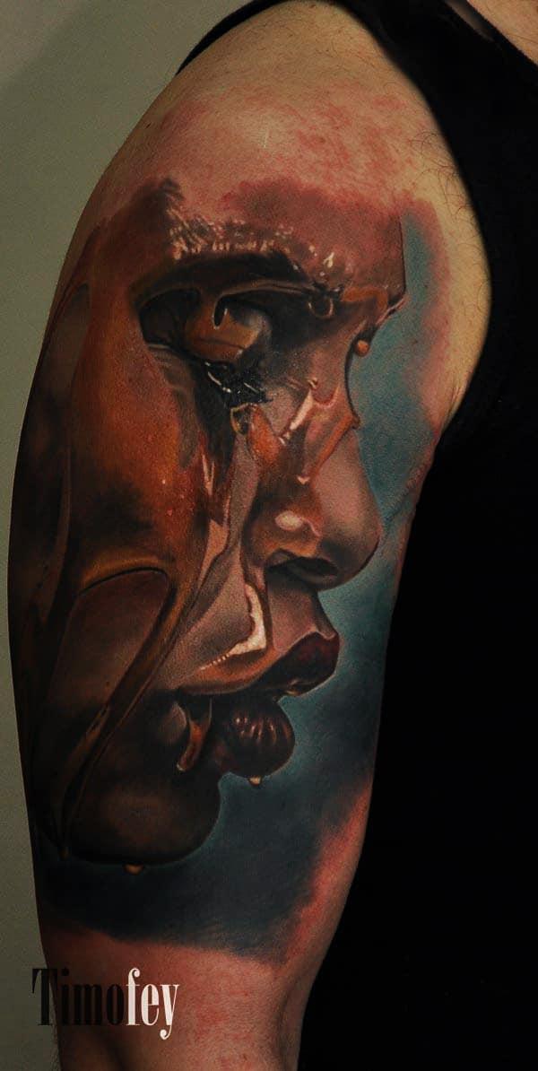 Gesicht einer Frau mit geschlossenen Augen mit Blut Tattoo