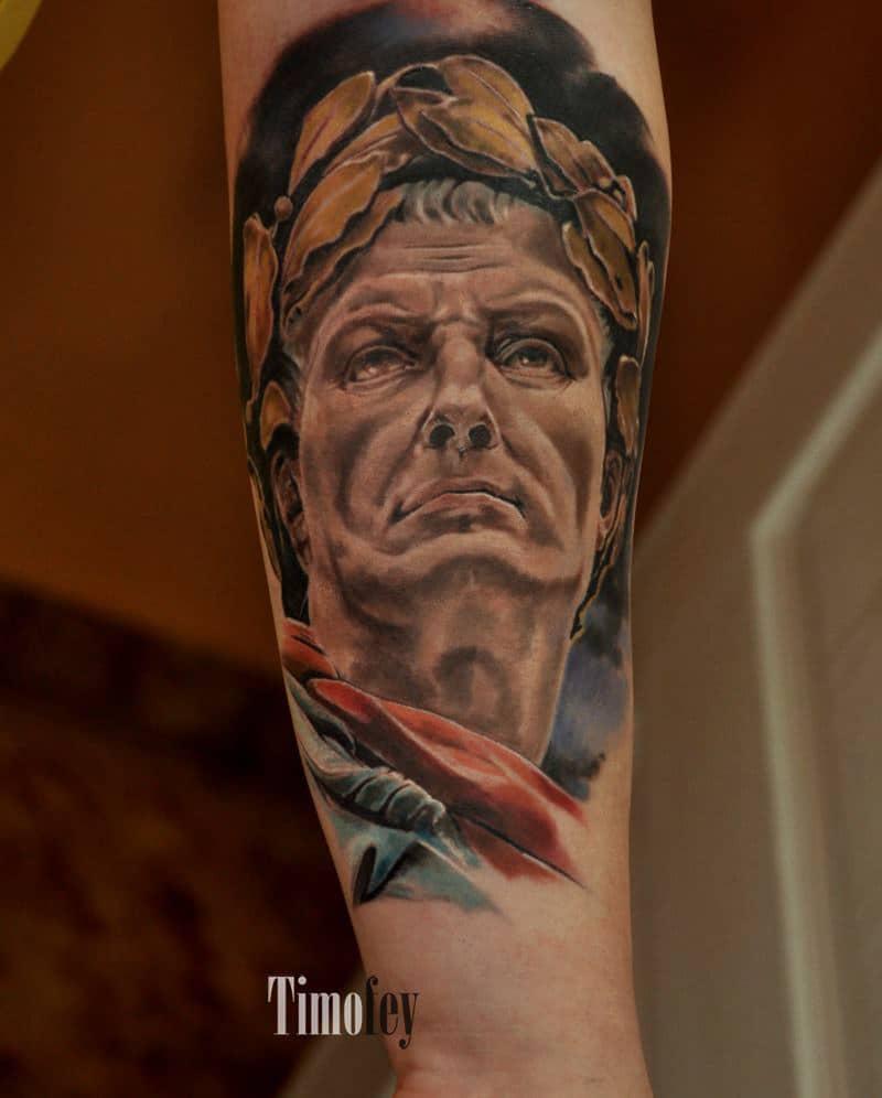 Gesicht eines Mannes mit einer Blätter Krone Tattoo