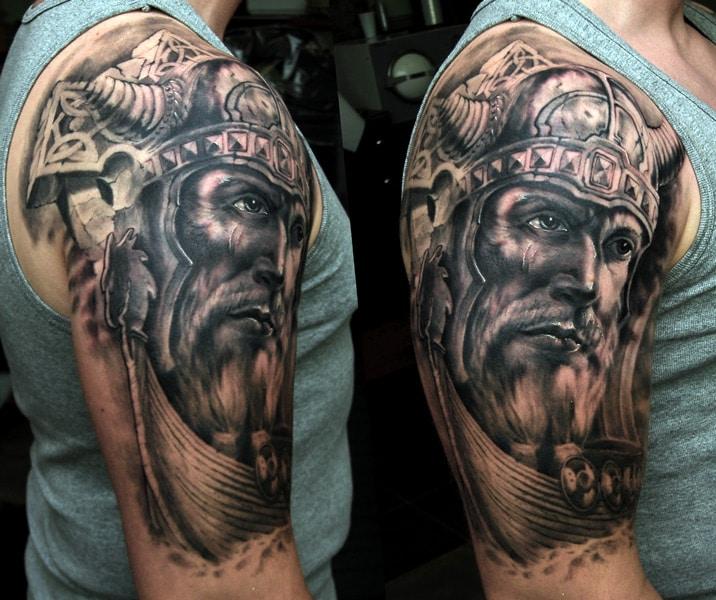 Tattoo von Wikinger Kopf auf dem Oberarm