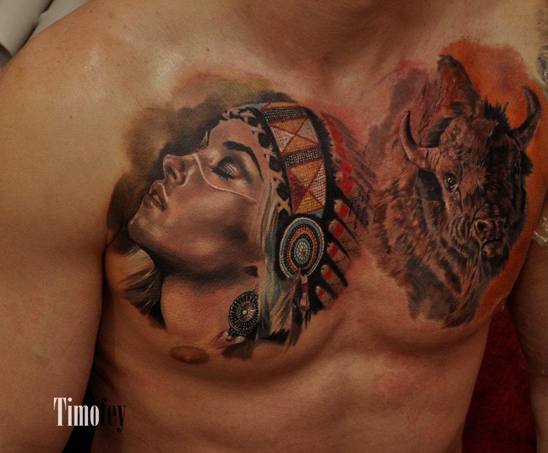Brust Tattoo mit einer Frau in Indianer Kopfbedeckung und einem Wilden Tier