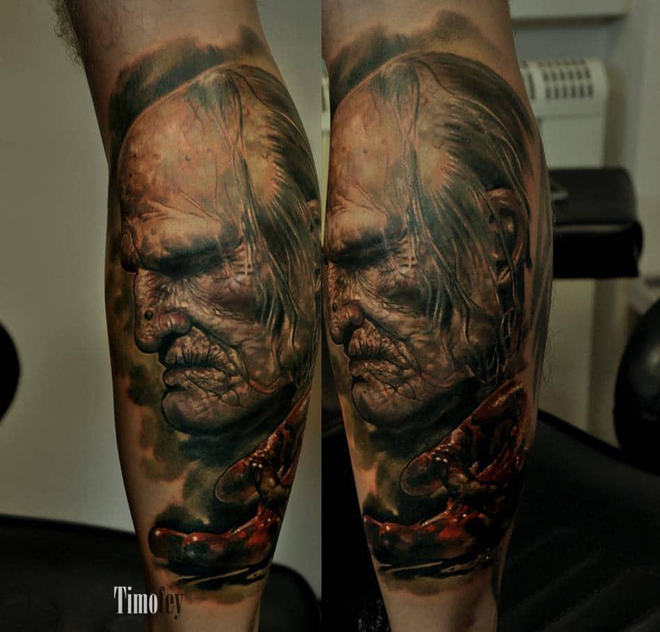 Alter Mann von der Seite mit einer Blutigen Hand Tattoo