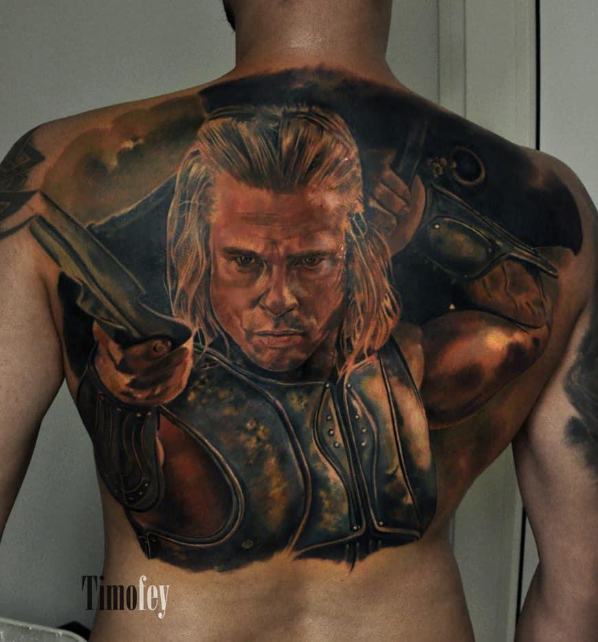 Rücken Tattoo von einem Mann mit Waffen