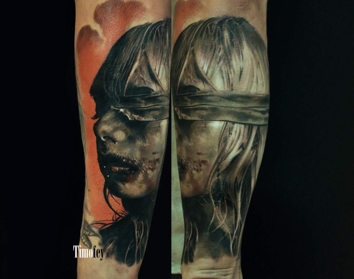 Frau mit verbundenen Augen und Blut im Gesicht