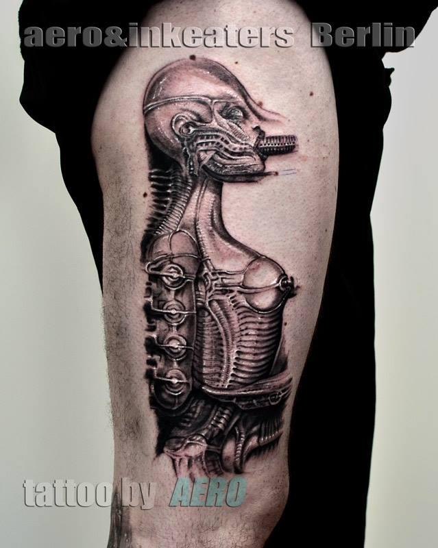 Tattoo von maschinellen Frauenkörper mit etwas rundem im Mund