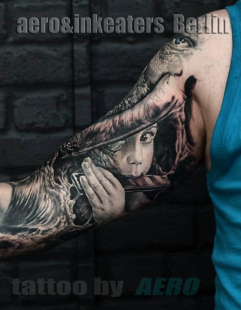 Tattoo von Person die Mundharmonika spielt auf dem Oberarm