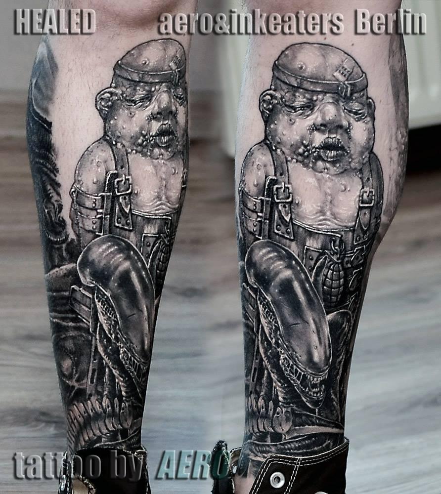 Tattoo von kleiner Person auf dem unteren vorderen Bein