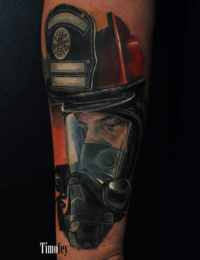 Mann mit Gasmaske und Helm Tattoo