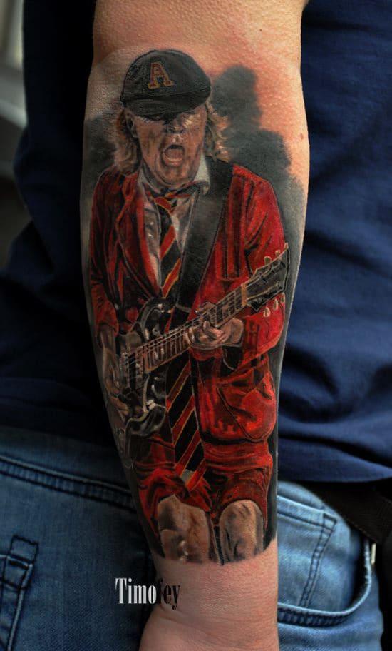 Mann der Gitarre spielt und rot bekleidet ist Tattoo