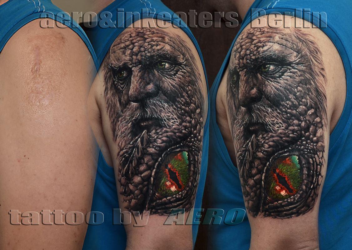 Tattoo von alten Mann mit grünen Auge im Vordergrund
