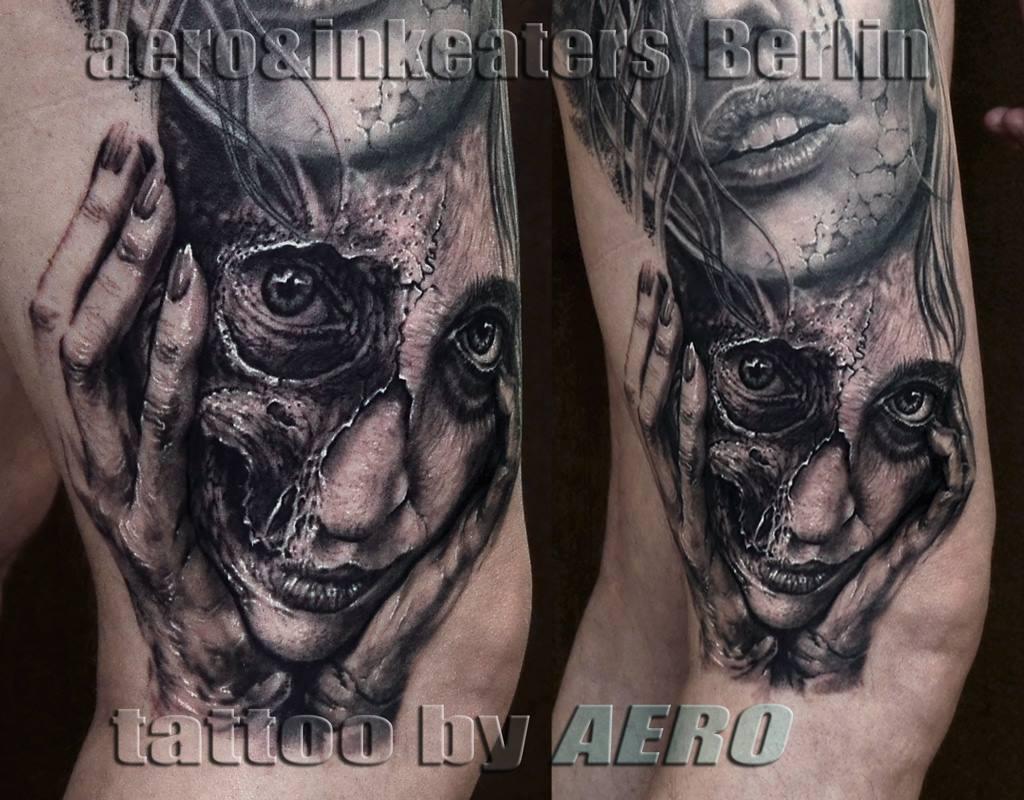 Tattoo von Gesicht, bei dem die eine Hälfte offene Haut ist