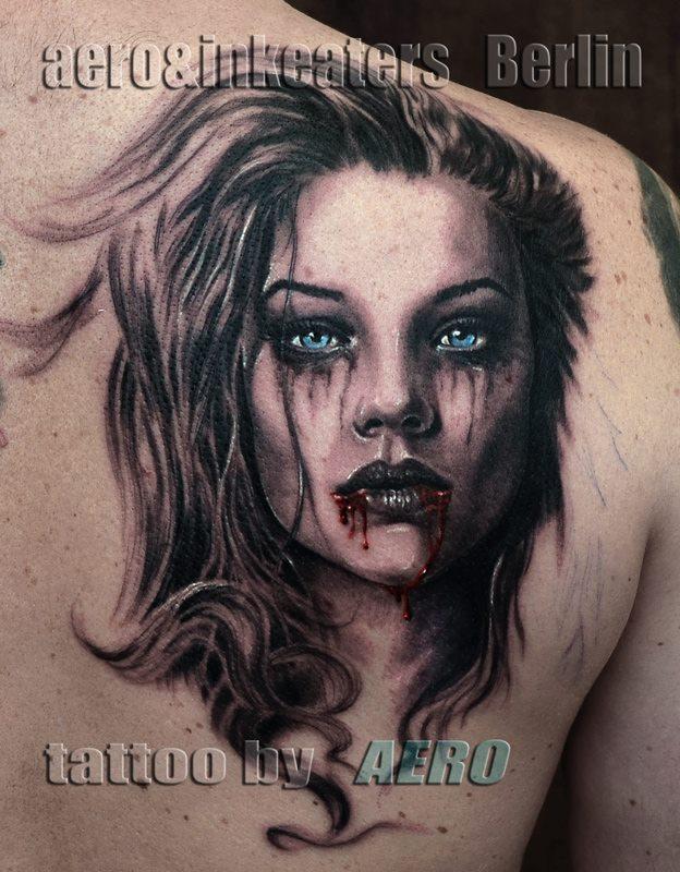 Tattoo von Frauengesicht mit verwischtem Make-Up und blutenden Mund