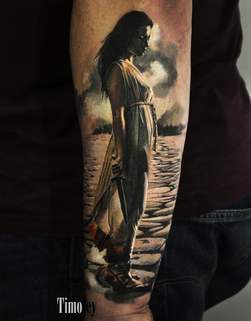 Frau mit einem Schwert Tattoo