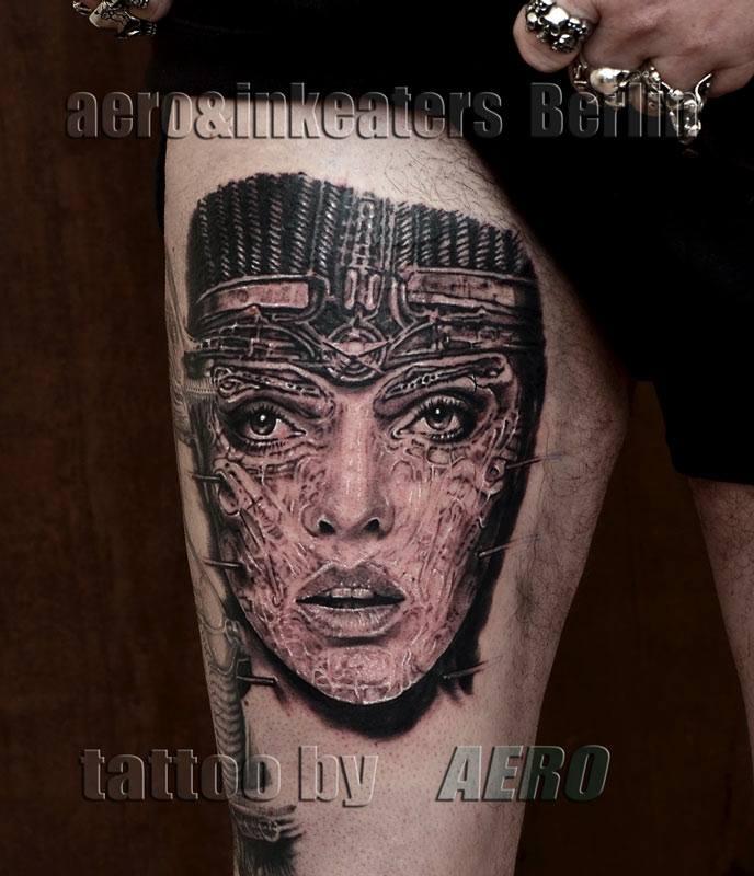 Tattoo von weiblichen Gesicht mit Kopfbedeckung