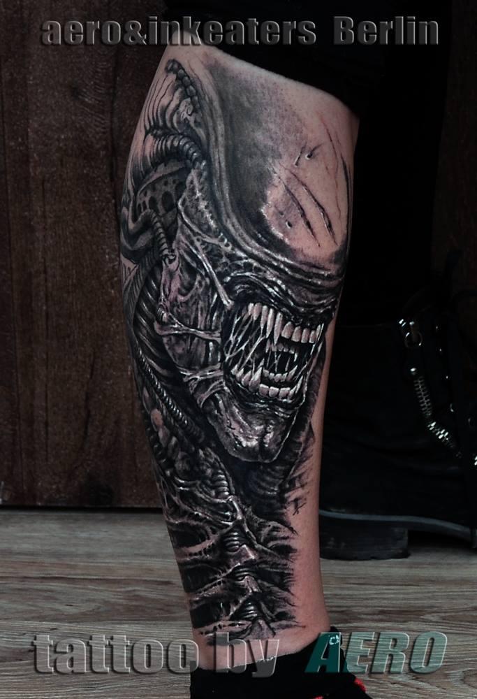 Tattoo von halben dämonischen Kopf mit spitzen Zähnen