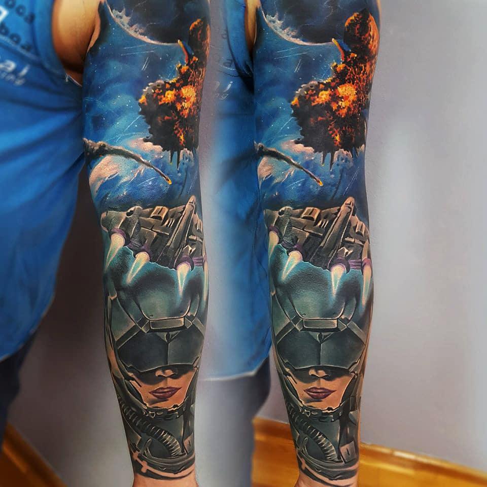 Tattoo welches im Weltraum sich abspielt