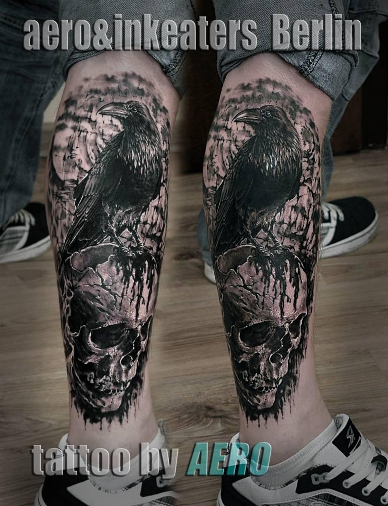 Tattoo von einem Raben, der auf einem Totenkopf sitzt
