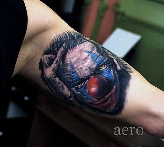 Tattoo von furchteinflößenden Clown der sich durch die Haare greift