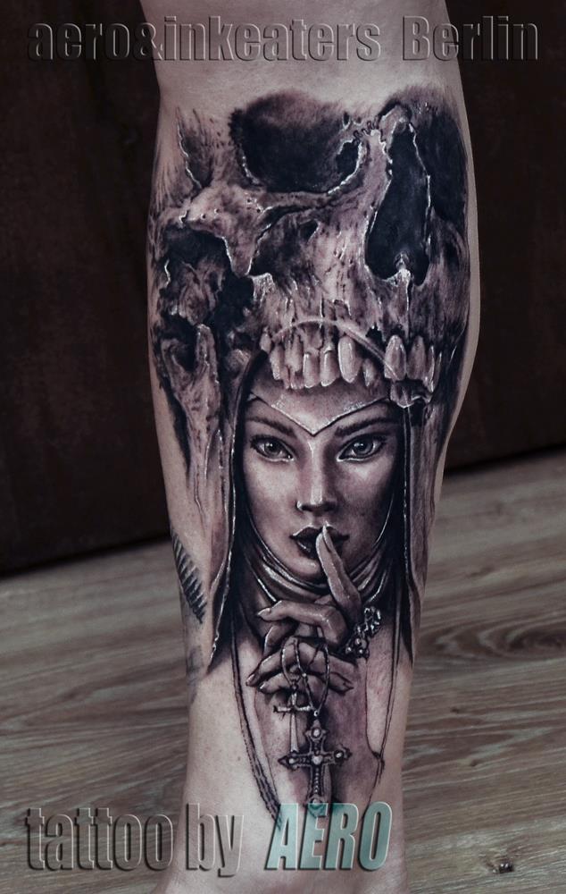Tattoo von weiblichen Gesicht und einem Totenkopf auf dem unteren Bein