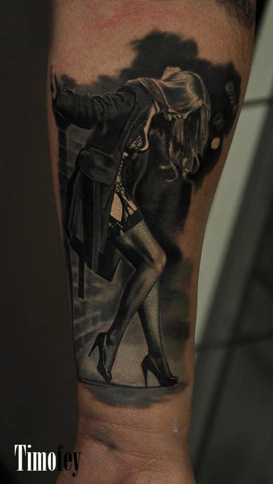 Frau in einer Gasse die sich an der Wand abstützt Tattoo
