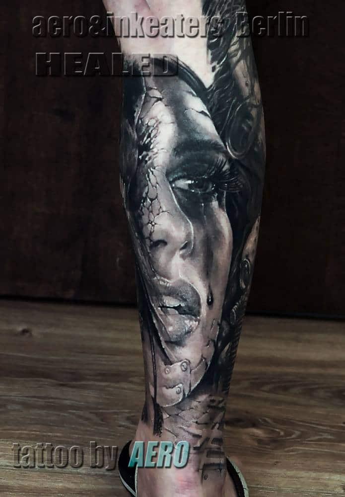 Tattoo von einem weiblichen Gesicht, mit tränen unter dem Auge, auf dem Bein