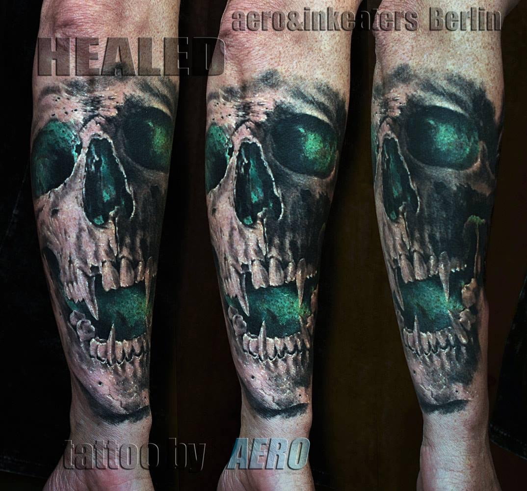 Tattoo von dämonischen Totenkopf mit Vampirzähnen.