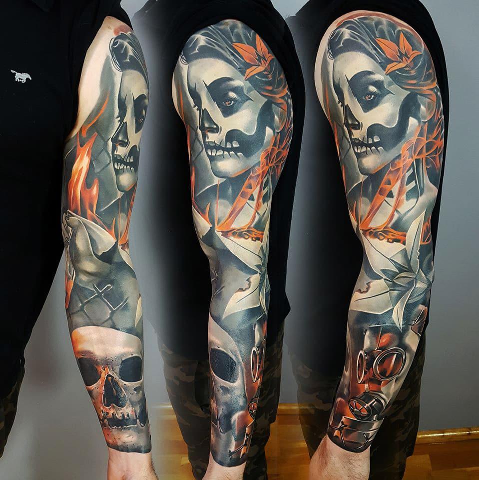 Frau mir Skeletten Muster im Gesicht Tattoo