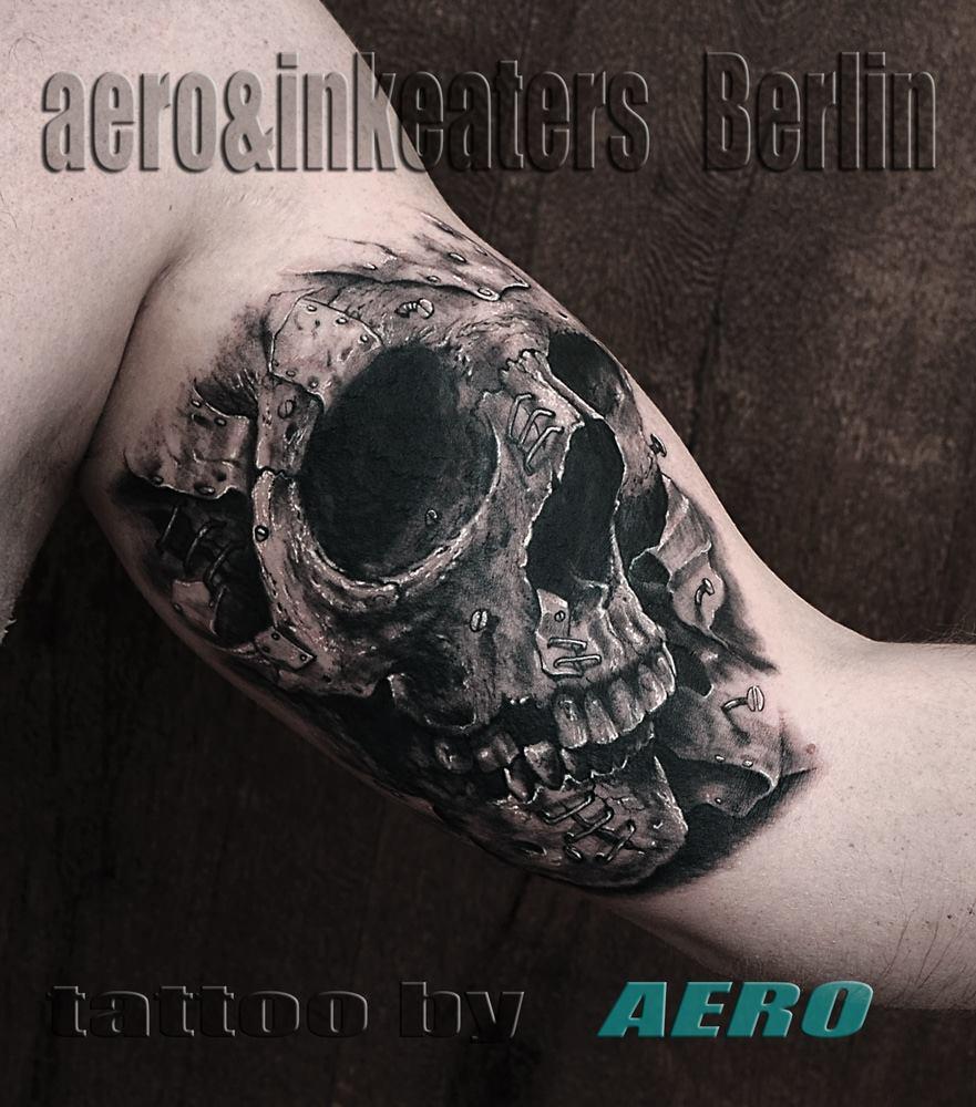 Tattoo von Totenkopf auf dem Oberarm