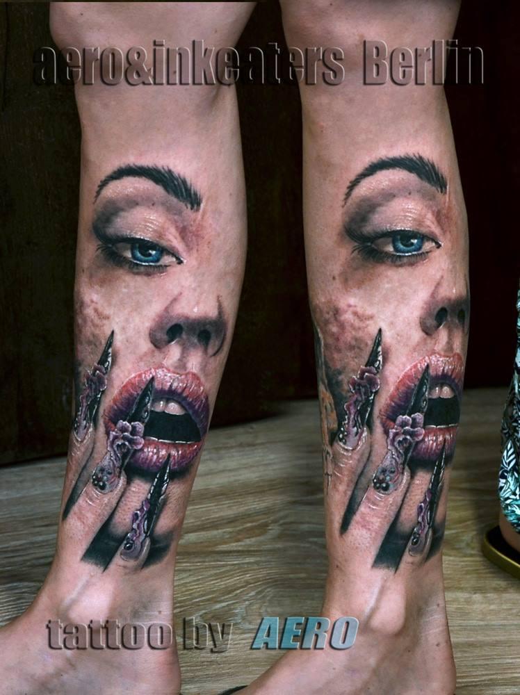 Tattoo von weiblichen Gesicht mit langen Fingernägeln auf dem unteren Bein.