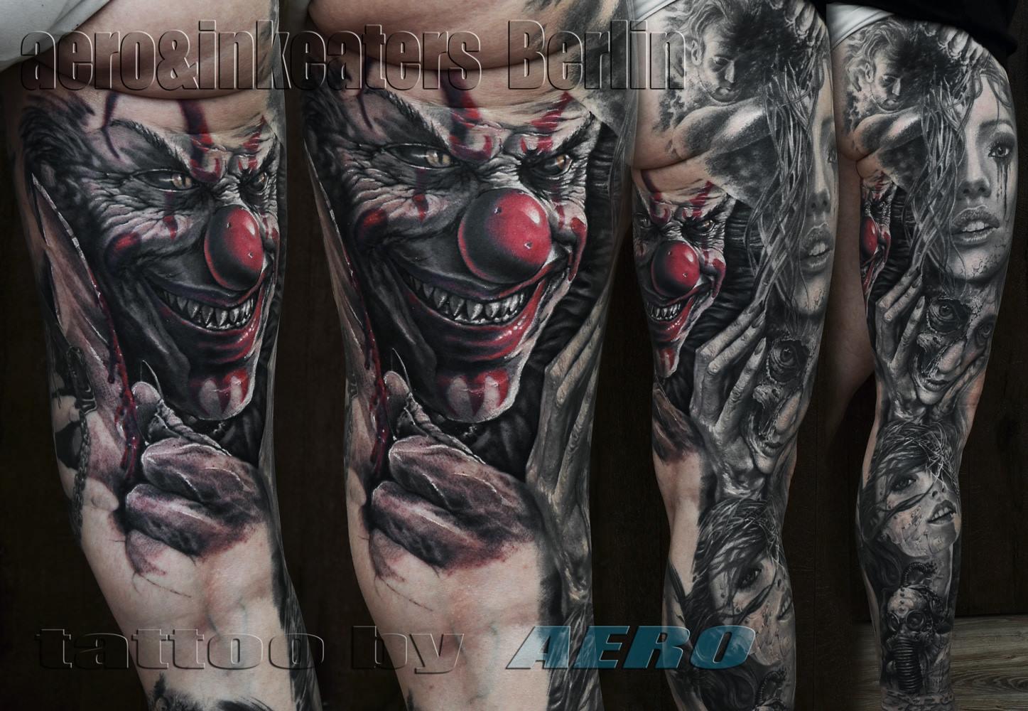 Tattoo von einem grinsenden Clownsgesicht auf dem hinteren Bein.