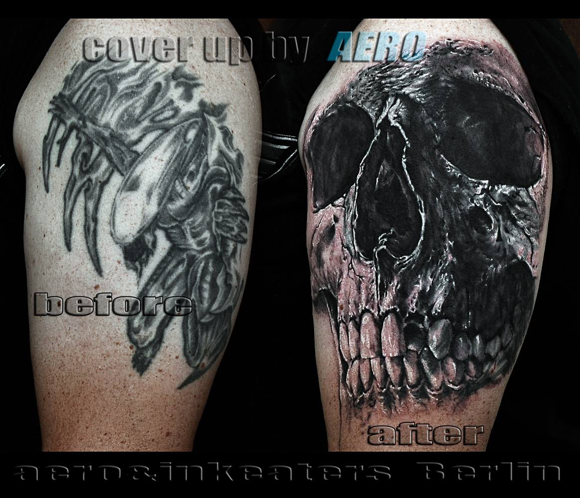 Cover-Up Tattoo mit einem Totenkopf auf dem Oberarm
