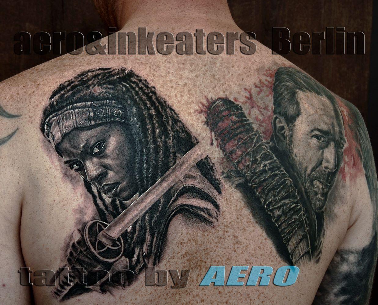 Tattoo von zwei bewaffneten Personen auf dem Rücken.