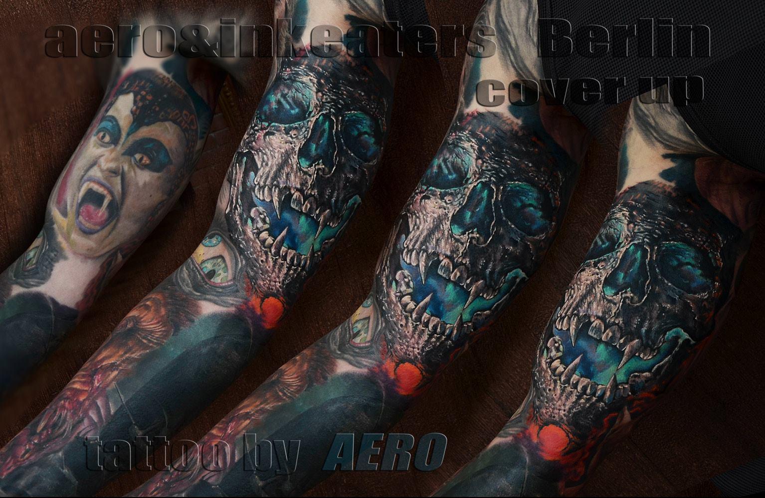 Cover-Up Tattoo von einem dämonischen Totenkopf auf dem Oberarm.